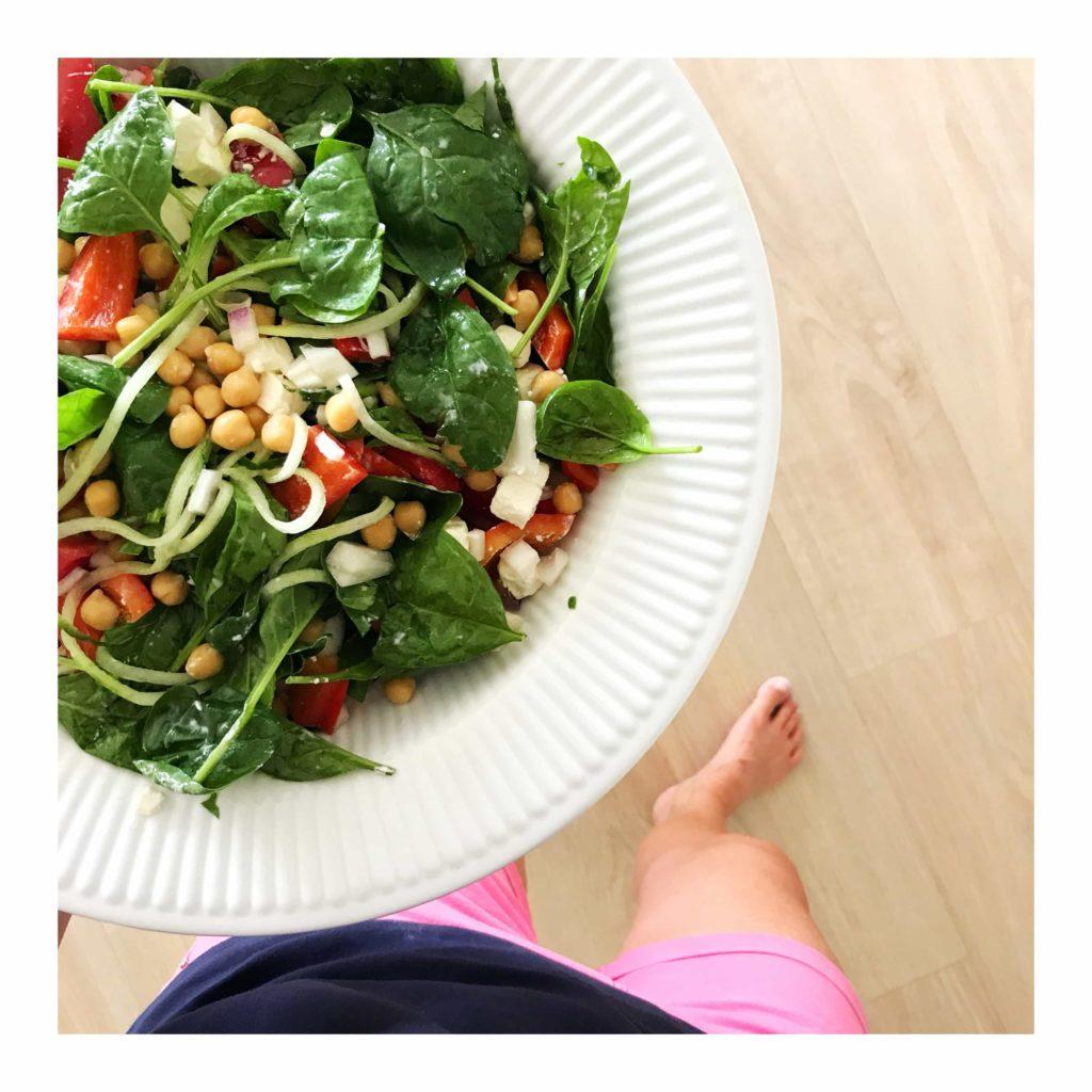 Lækker salat med kikærter og babyspinat 1